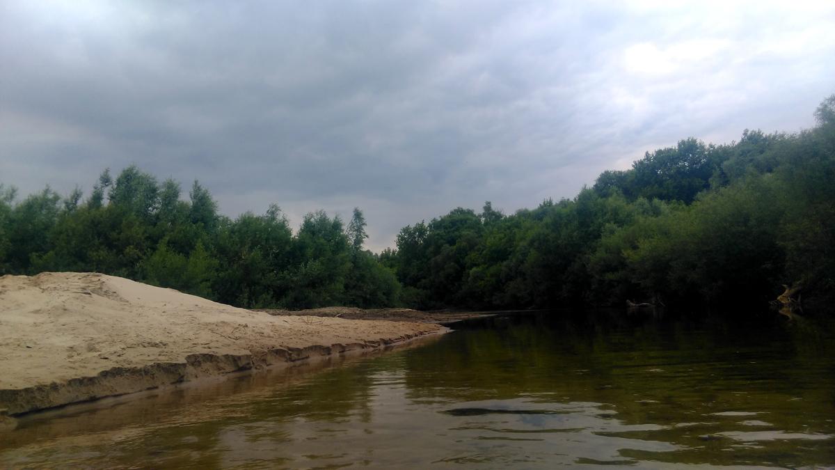 Устье реки Каширка. Мелкая, но коварная речка. Эта фотография сделана за секунду до того, как меня начало затягивать в песок. Из-за этого я упал и начерпал полные сапоги воды.