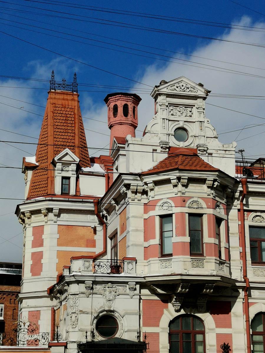 Особняк был выстроен архитектором Иеронимом Китнером из кирпича и тесаного камня в стиле французского неоренессанса.