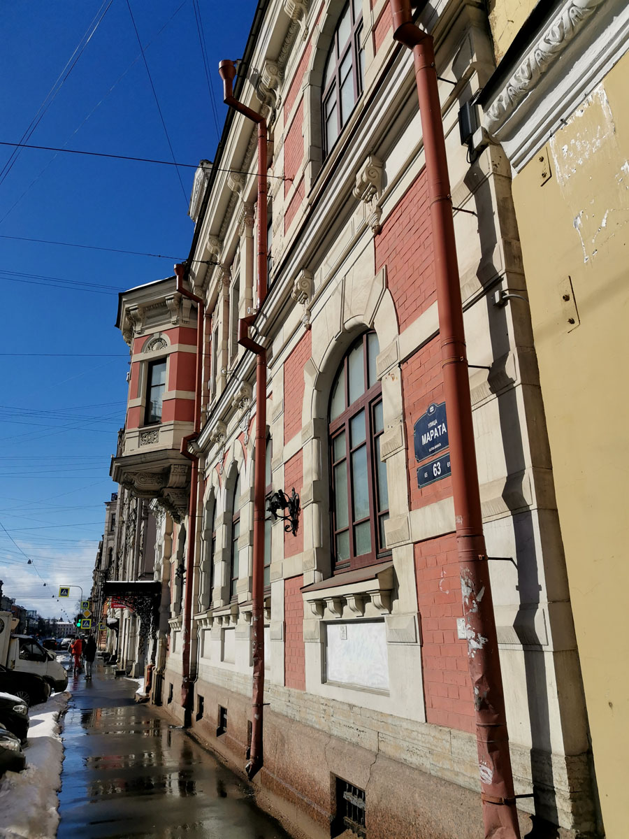 Во время ремонта фасадов кирпичная кладка и камень были выкрашены, из-за чего здание во многом утратило свою привлекательность.