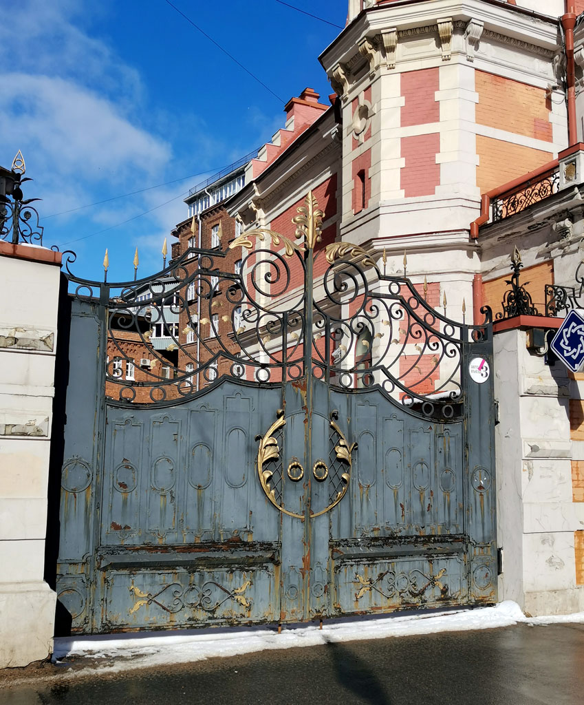 Ворота не такие старинные, как может показаться. На фото 1910-15 годов, в этом месте каменная ограда. А в советское время ворота были гораздо скромнее.