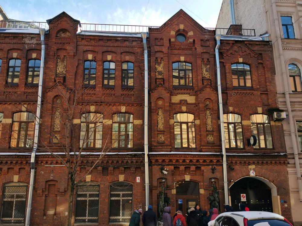 Здание завода построено в 1888-93 годах архитектором И. С. Китнером в кирпичном стиле. Позднее, в 1902-м году заводской комплекс был расширен по проекту архитектора Р. А. Берзена, оформившего остальные корпуса в том же стиле.