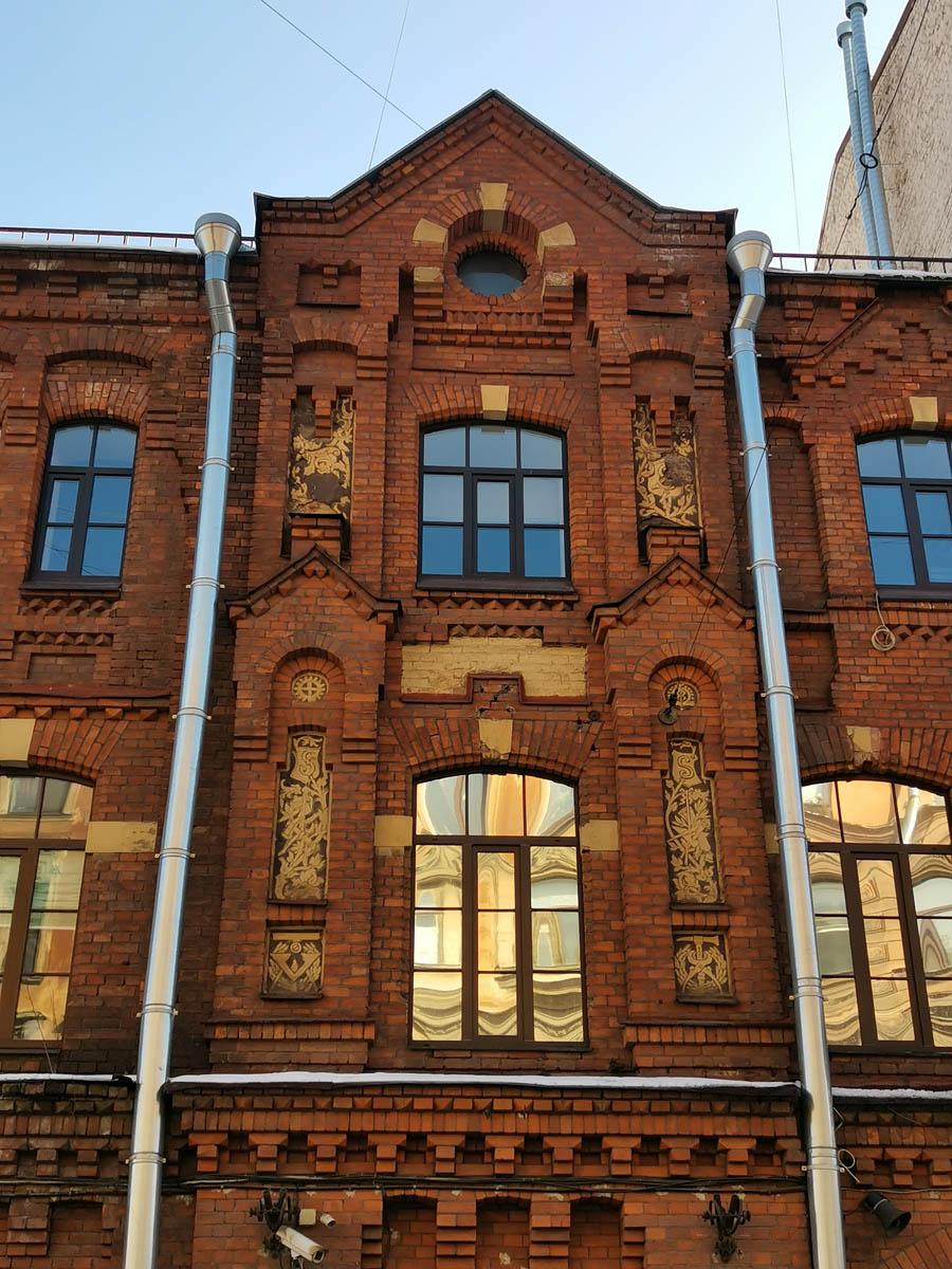 Стены сложены из высококачественно стандартного и фигурного кирпича. И украшены вставками с символикой и узорами.
