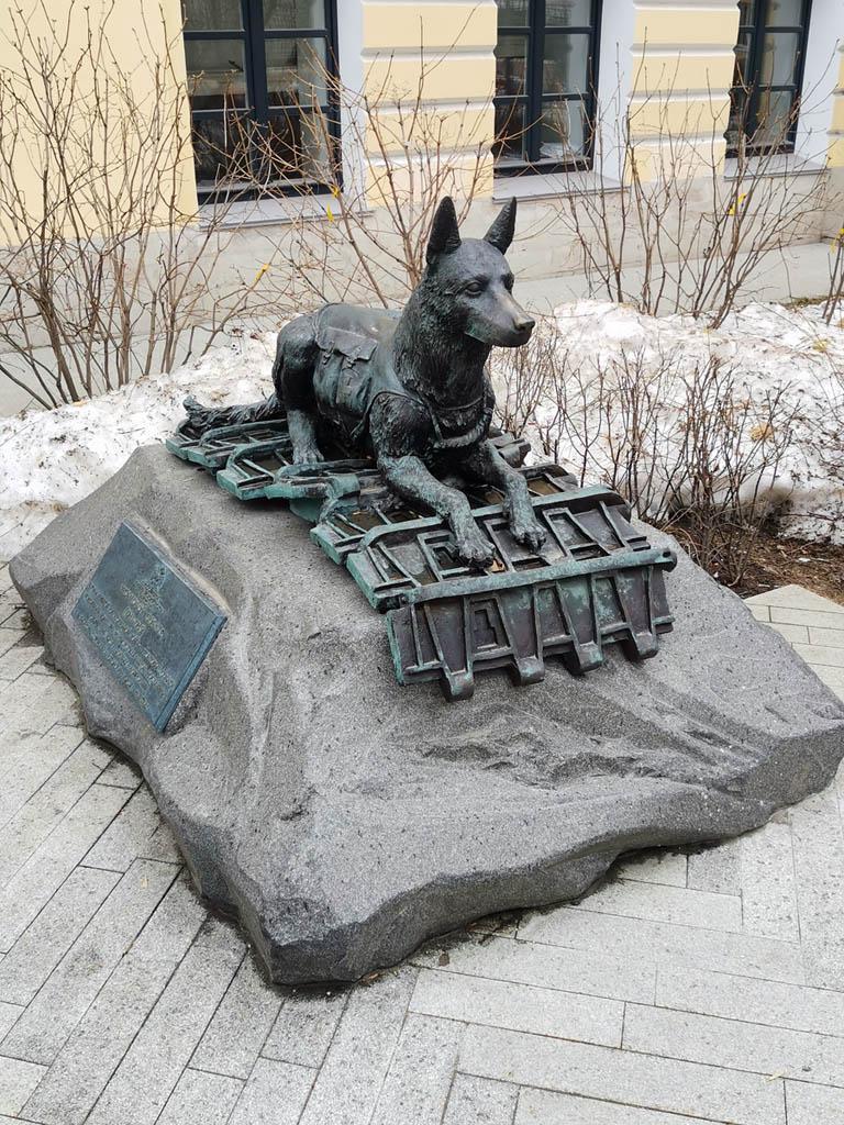 Памятник в сквере Дома Трубецкой–Бове в Петровском переулке.