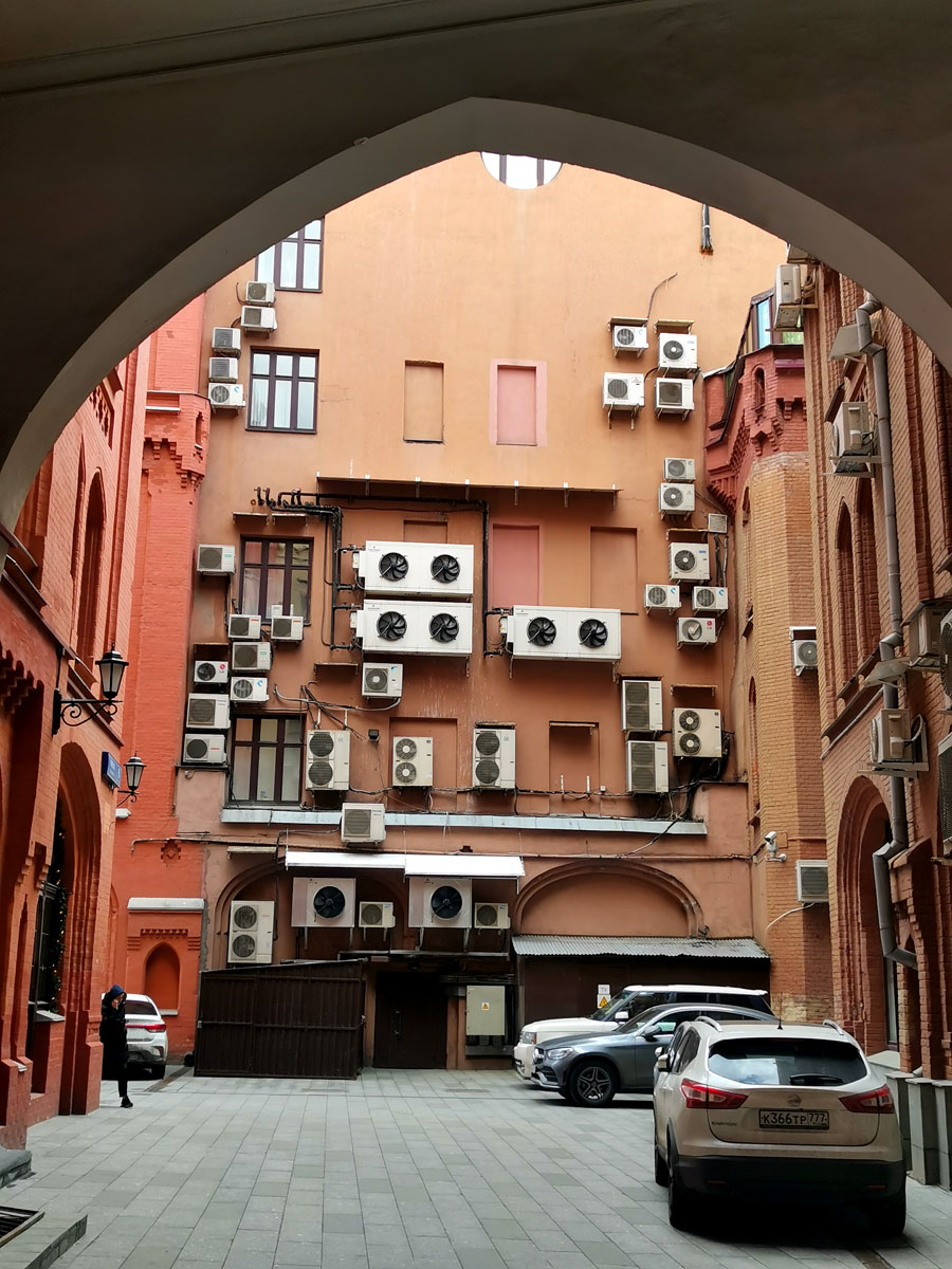 Комплекс зданий Московского купеческого общества. Внутренние двор. Стена настолько обильно увешена кондиционерами, что это уже выглядит отдельным видом искусства...