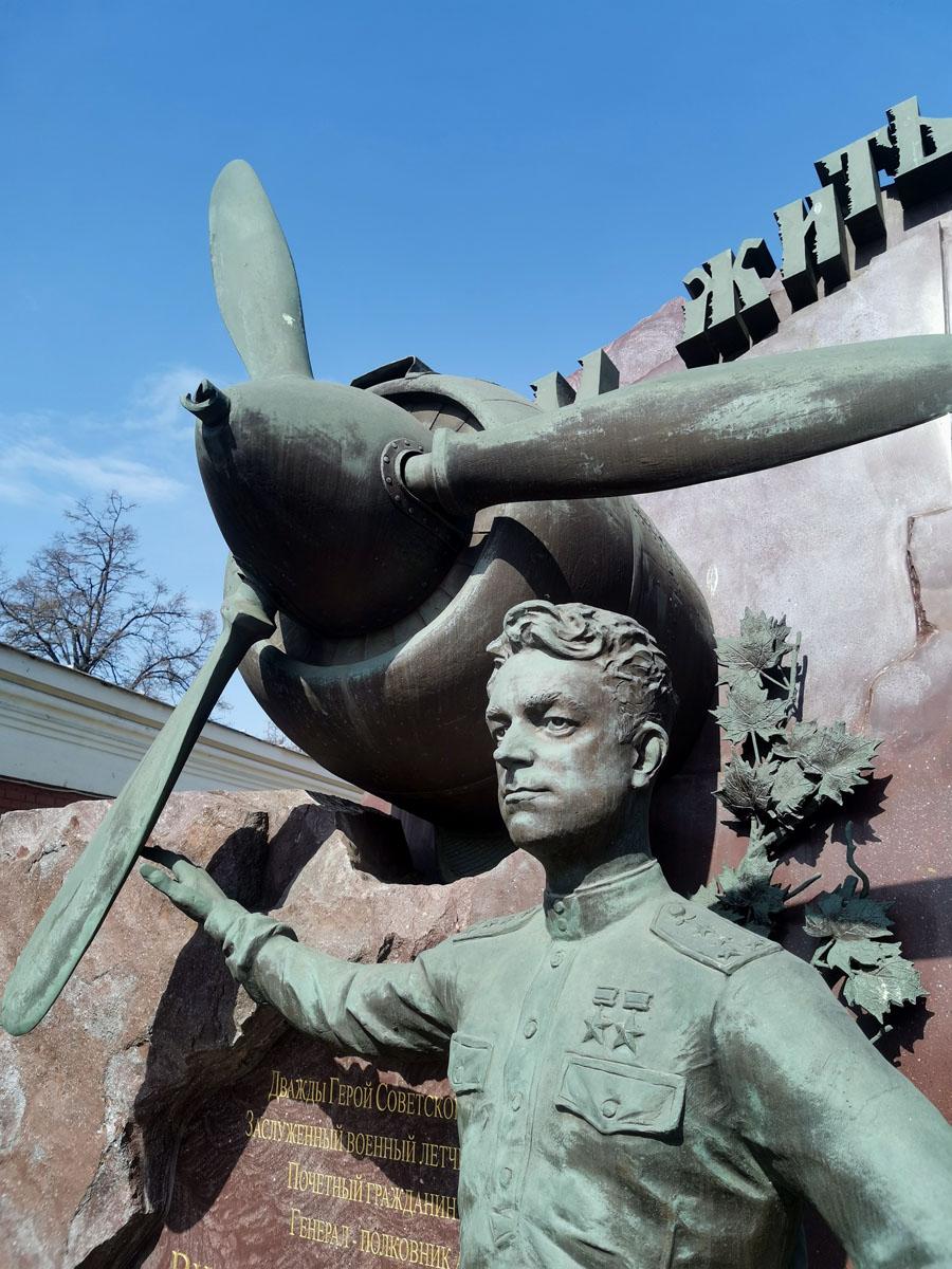 Могила Виталия Ивановича Попкова (1 мая 1922, Москва — 6 февраля 2010, Москва). Попков — советский летчик-ас, участник Великой Отечественной войны, командир звена 5-го гвардейского истребительного авиационного полка 207-й истребительной авиационной дивизии 3-го смешанного авиационного корпуса 17-й воздушной армии Юго-Западного фронта, командир эскадрильи 5-го гвардейского истребительного авиационного полка 11-й гвардейской истребительной авиационной дивизии 2-го гвардейского штурмового авиационного корпуса 2-й воздушной армии 1-го Украинского фронта, дважды Герой Советского Союза.