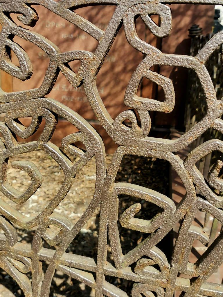 Долго не мог отойти от этой красивой ограды одной из могил. Есть в ней нечто завораживающее.