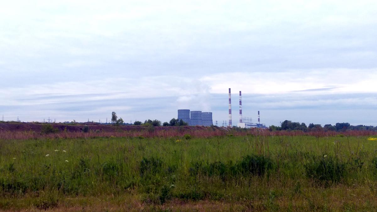 Чуть выше за деревьями поле с видом на Каширскую ГРЭС-4. Историческая станция, построена под личным контролем В. И. Ленина по плану ГОЭЛРО. На момент ввода в строй станция мощностью 12 МВт была второй по мощности электростанцией в Европе. Высота дымовой трубы 250 метров! Неудивительно, что мы ее видели почти до самых Озер.