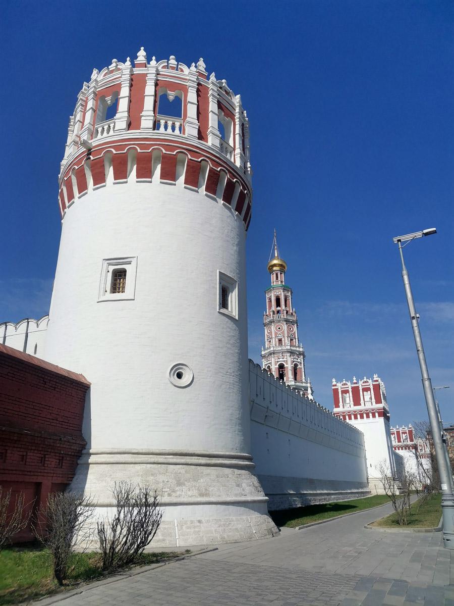Чеботарная башня Новодевичьего монастыря и Колокольня с храмом Варлаама и Иоасафа.