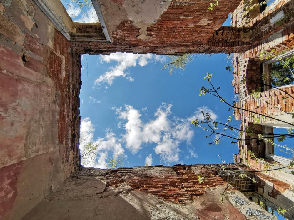 Голубое весеннее небо и руины усадьбы Кузьминское.
