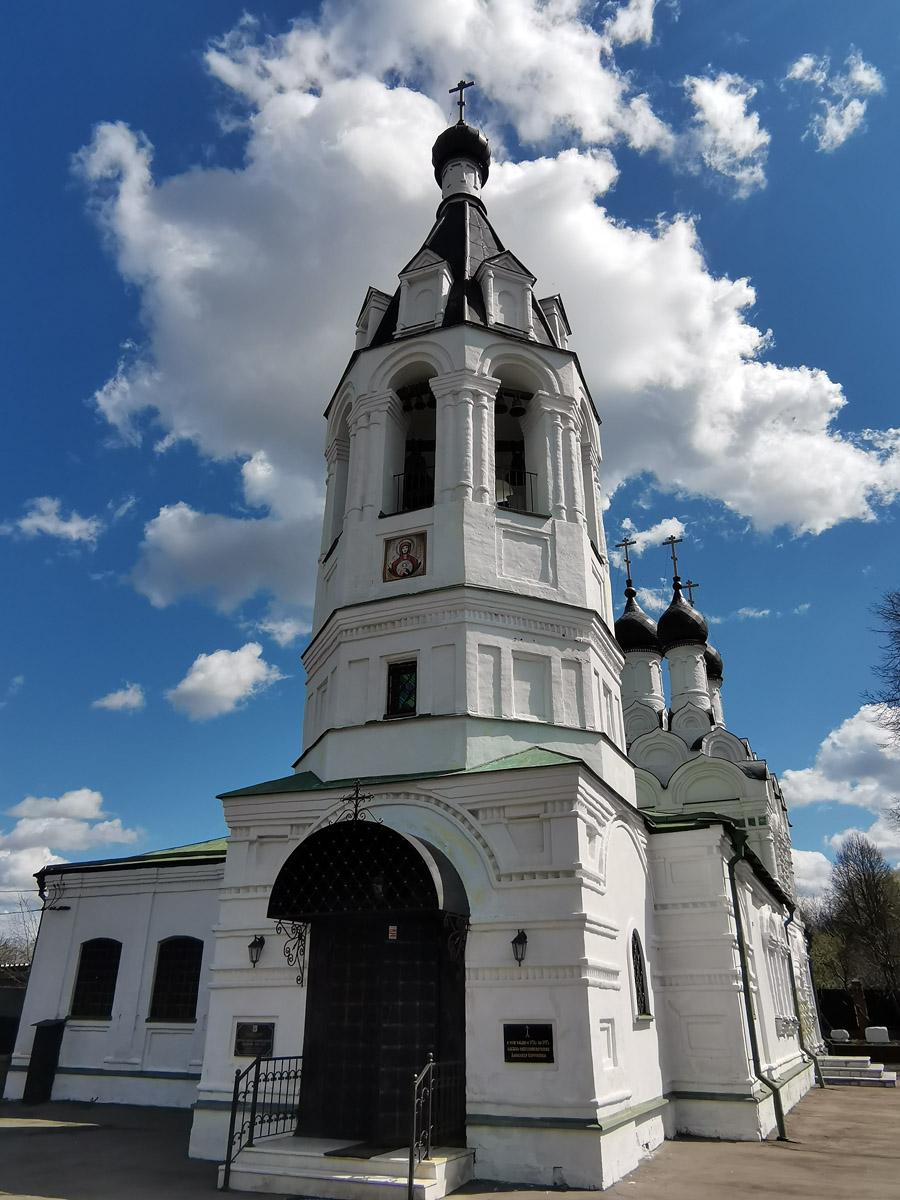 Кирпичная пятиглавая церковь c одноглавым северным приделом Космы и Дамиана выстроена в 1671-1678 на средства С. П. Наумова.