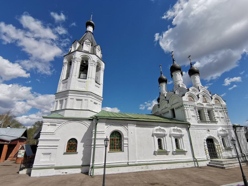 Архитектурно каменная церковь состоит из безстолпного пятиглавого четверика, завершенного ярусами кокошников, скрытых поздней кровлей, трехчастной абсиды, трапезной и одноглавого придела. Кирпичное здание церкви, состоящее из пяти объемов, разновеликих по высоте - отличаются по времени постройки. Здание церкви построено по архитектурно-проектной планово-композиционной схеме, когда на одной оси расположены: трапезная, четверик, трехалтарная абсида, а с одной, именно северной, стороны пристроен одноглавый придел.