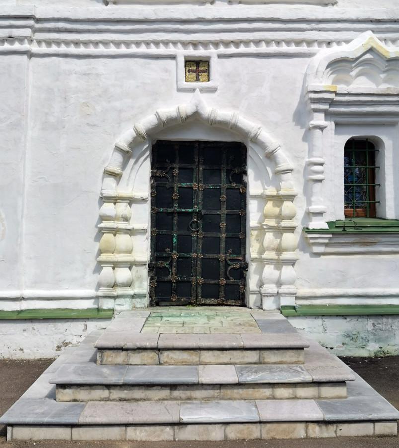 Кованные двери храма.
