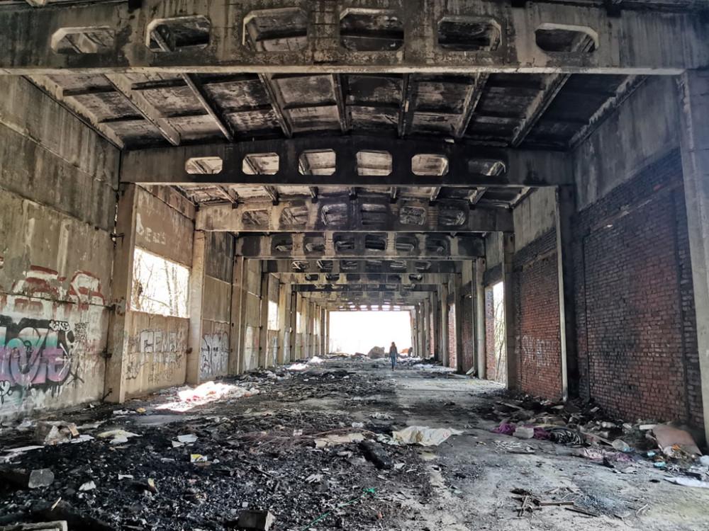 Переходим железную дорогу и оказываемся в полузаброшенной Путевой машинной станции № 32. Многорядные жд-пути разобраны, часть ангаров и цехов снесено, часть руинированы. Те, что еще стоят, поражают масштабами...