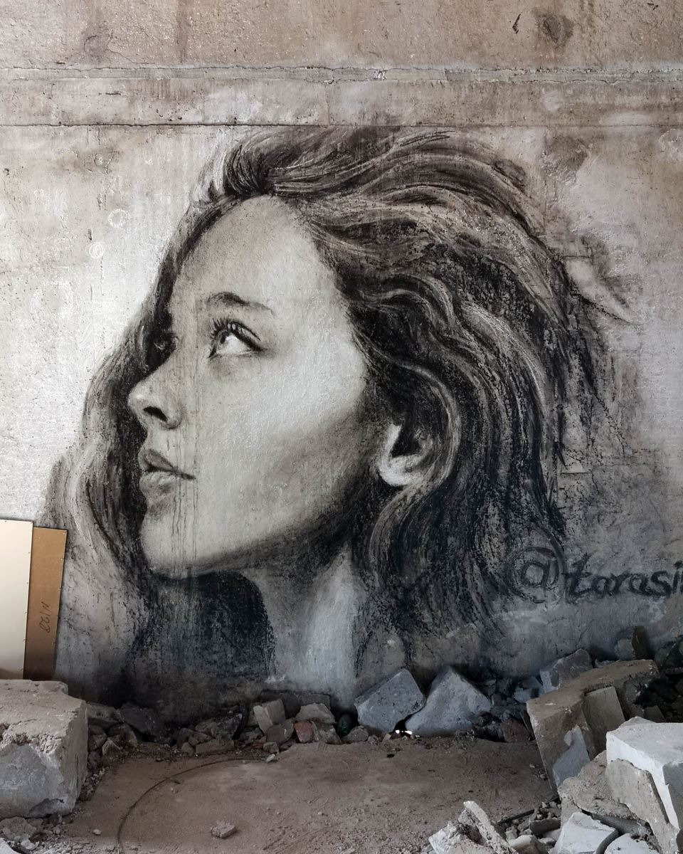 А портрет прекрасен. Особенно на контрасте красоты и разрухи... #уличноеискусство