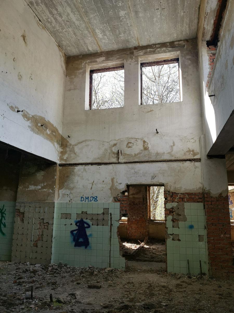 Почти достроенный в советское время пионерский лагерь, который оказался никому не нужен при недоделанном капитализме...