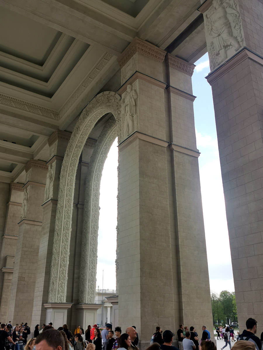 Представляет собой гигантскую арку с двумя рядами колонн-пилонов.