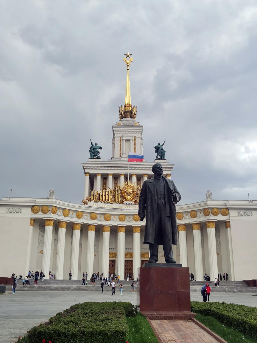 Памятник по проекту скульптора П. П. Яцыко был открыт на территории ВДНХ в 1954 г. Его место установки неслучайно и более чем символично - позади постамента находится главный и величественный павильон выставки. А вот, флаг не аутентичный и на фоне советской символики смотрится чужеродно.