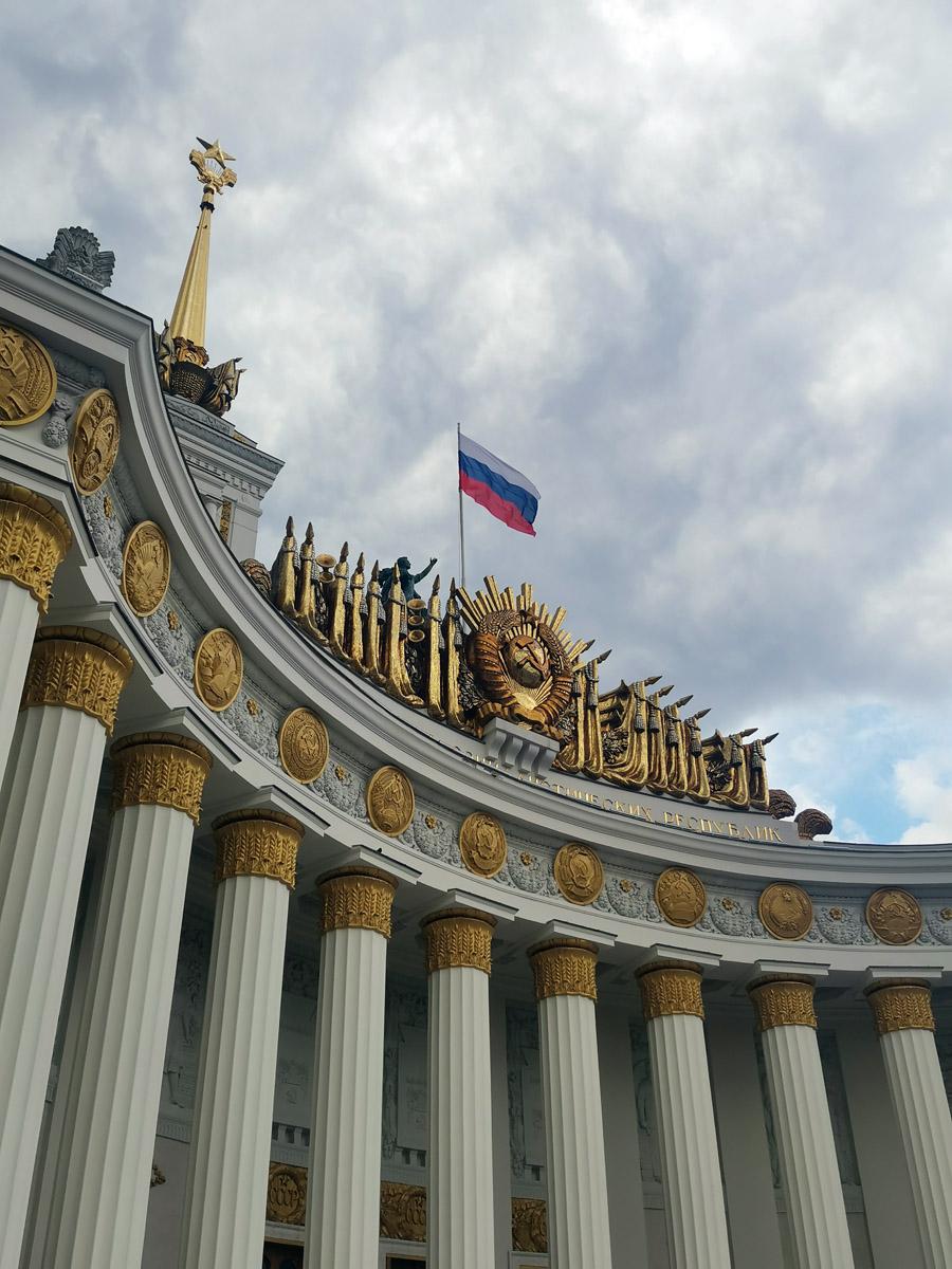 Павильон № 1 «Центральный». Построен в 1954 году по проекту архитекторов Ю. В. Щуко и Е. В. Столярова.