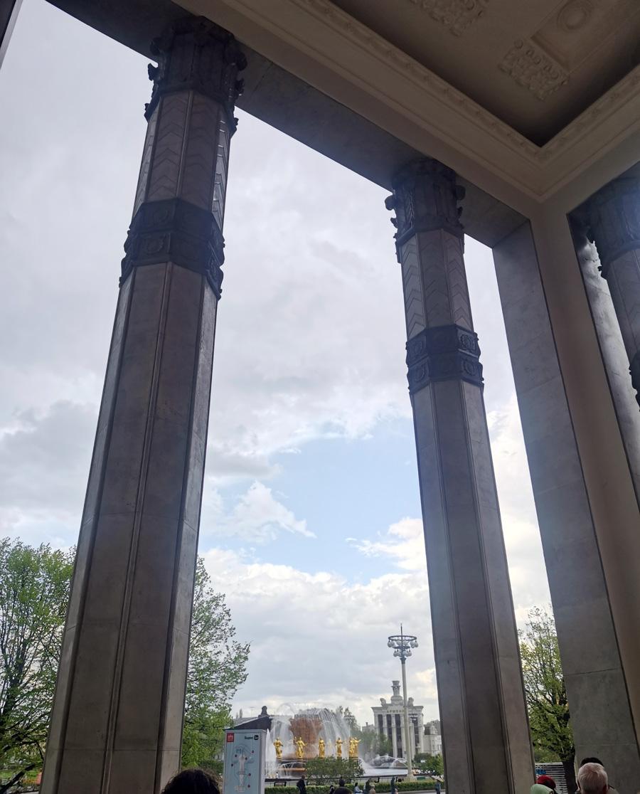 Спрятались от дождя под аркой павильона № 4 «Киргизия»