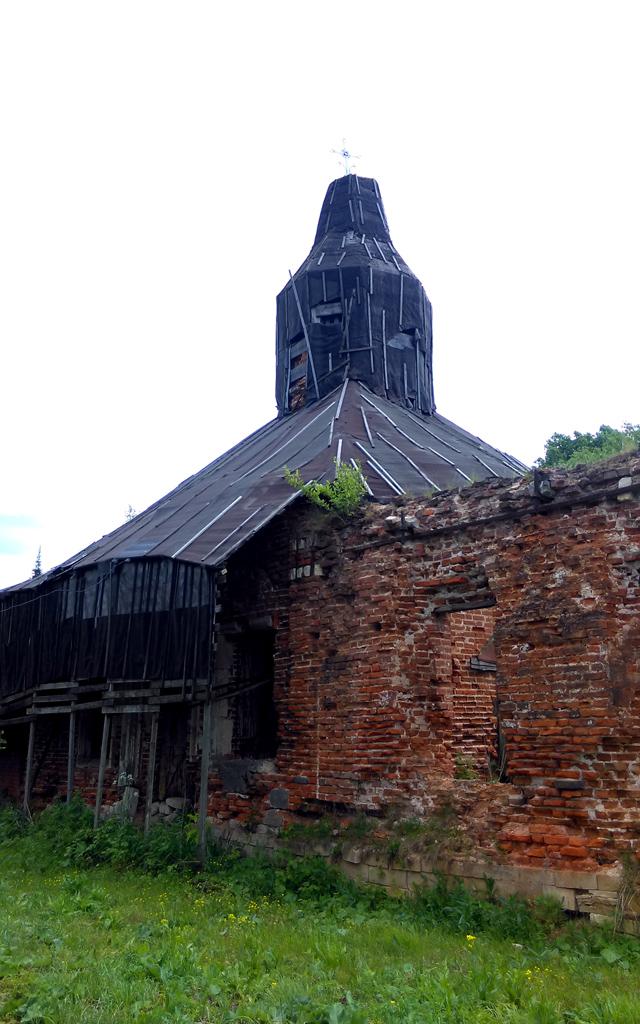 Церковь частично укрыта навесом из рубероида. Но похоже, работы по восстановлению в данный момент не ведутся.