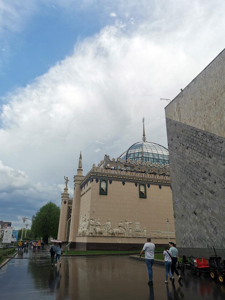 Первый павильон, посвящённый Казахской ССР, был построен из дерева ещё в 1937 г. Нынешний павильон Казахской ССР, был построен в 1949–1954 гг. по проекту архитекторов И.М. Петрова, И.В. Куприянова и Т.К. Басенова), главным художником проекта был утверждён В.И. Киреев.