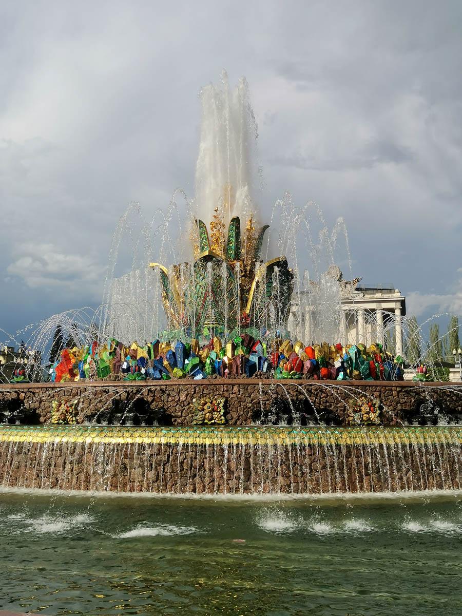 Фонтан «Каменный цветок». Построен в 1954 году по проекту архитектора К. Топуридзе и скульптора П. Добрынина.