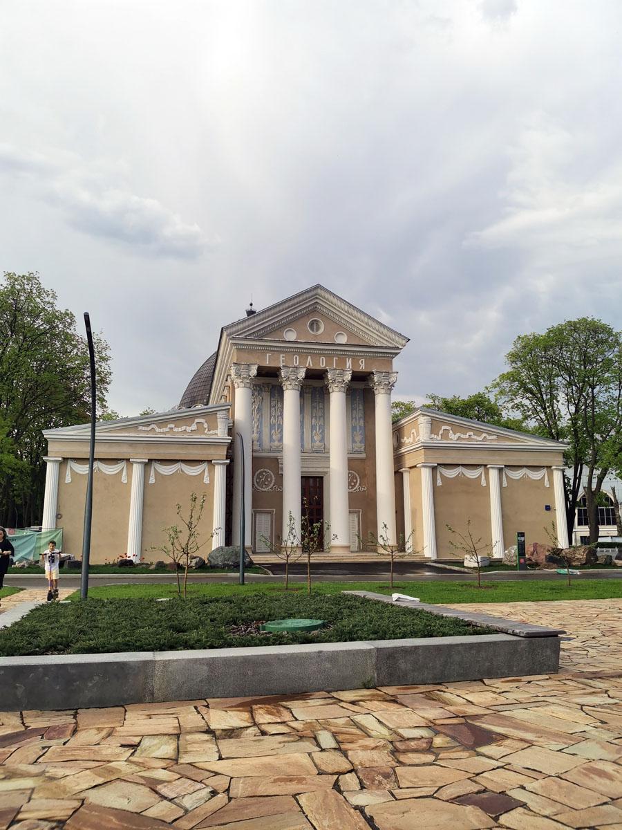 Павильон № 31 «Геология». Построен в 1954 году под названием «Лён, конопля и другие прядильные культуры» по проекту архитектора Л. Н. Павлова.