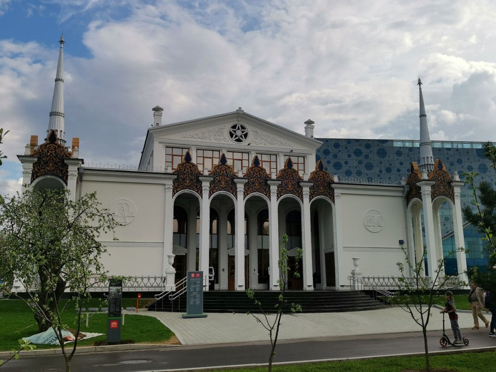Павильон № 25 «Нефть». Построен в 1954 году по проекту архитекторов А.А. Тация, И.М. Тамаркина и С.С. Ганешина. Название «Нефтяная промышленность» получил в 1964 году. До этого назывался «Сахарная свёкла»
