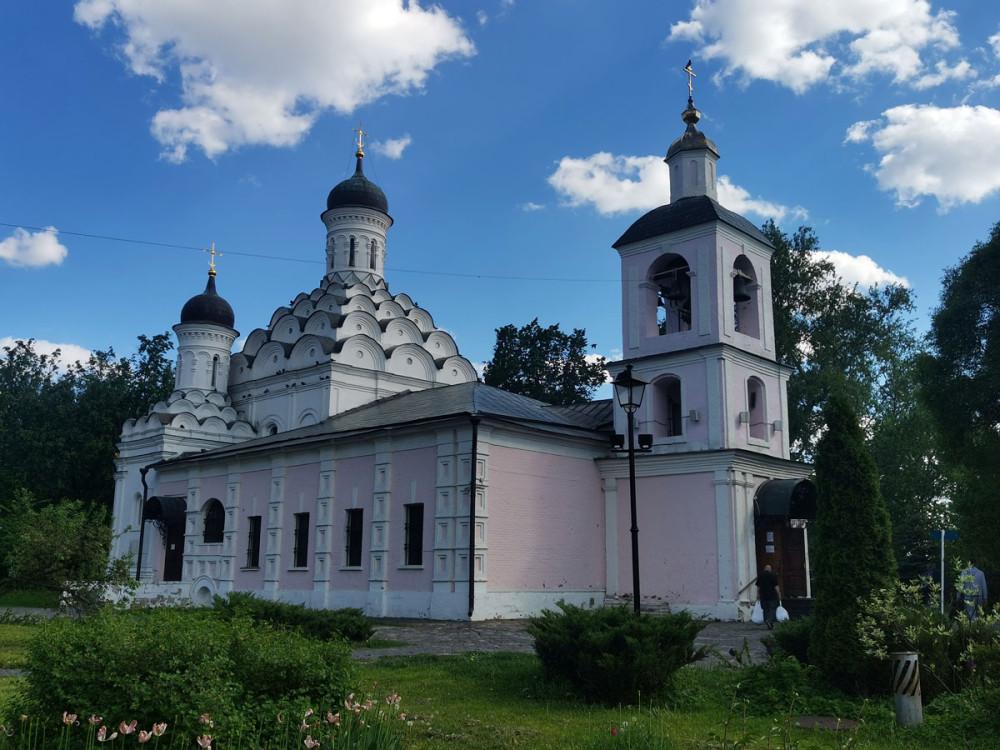 Храм примечателен тем, что построен в 1598 году по заказу царя Бориса Годунова — село Хорошево являлось его вотчиной.