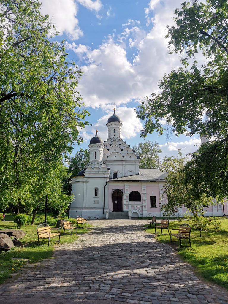 Храм построен в 1598 году по заказу царя Бориса Годунова — село Хорошево являлось его вотчиной. Стоявший рядом дворец впоследствии был разобран. Хорошевская церковь — единственная сохранившаяся часть годуновского дворцового ансамбля. Название же «Хорошево» принято связывать с красотой этих мест. В Смутное время, когда неподалеку в Тушине расположился лагерь Лжедмитрия II, его сторонники называли бывшую усадьбу Годунова «монастырь Нехорошево».