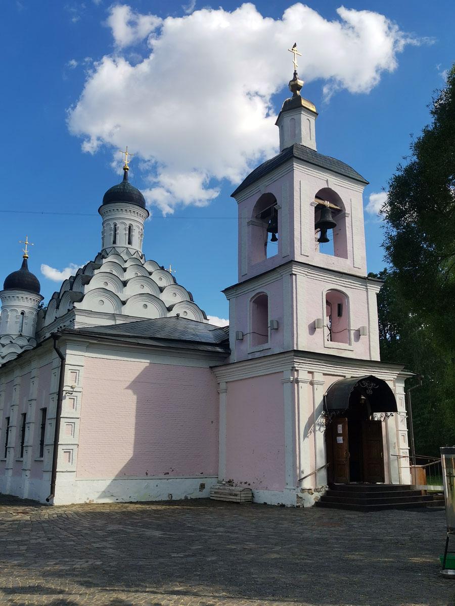 Образцом для церкви послужил построенный пятью годами ранее Малый собор Донского монастыря: почти кубический в плане, с одной главой и горкой кокошников. Есть версия, что строил оба храма зодчий Федор Конь, создавший также стену Белого города в Москве и Смоленский кремль