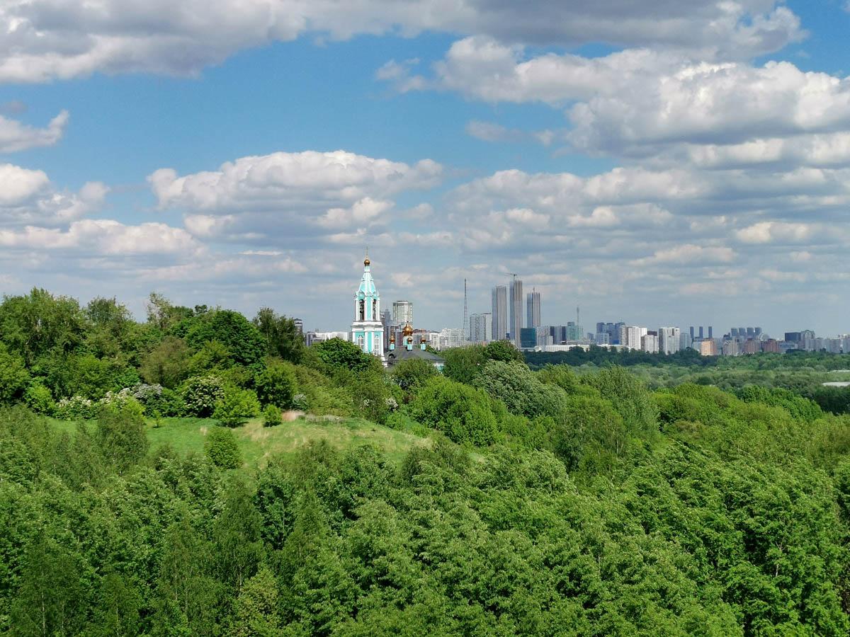 Май 2021. Москва. Вид с Западного Крылатского холма на Храм Рождества Пресвятой Богородицы