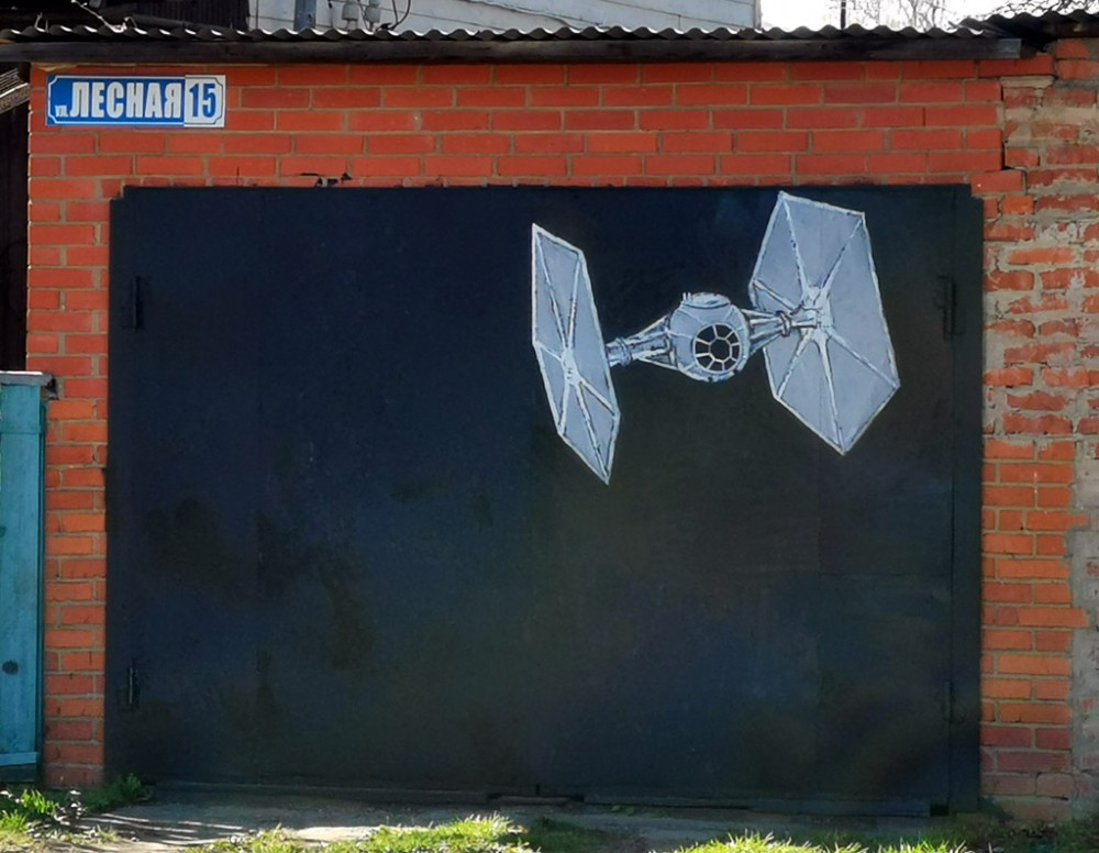 """В продолжении киношной темы.... Граффити на воротах гаража на тему """"Звездных войн"""""""
