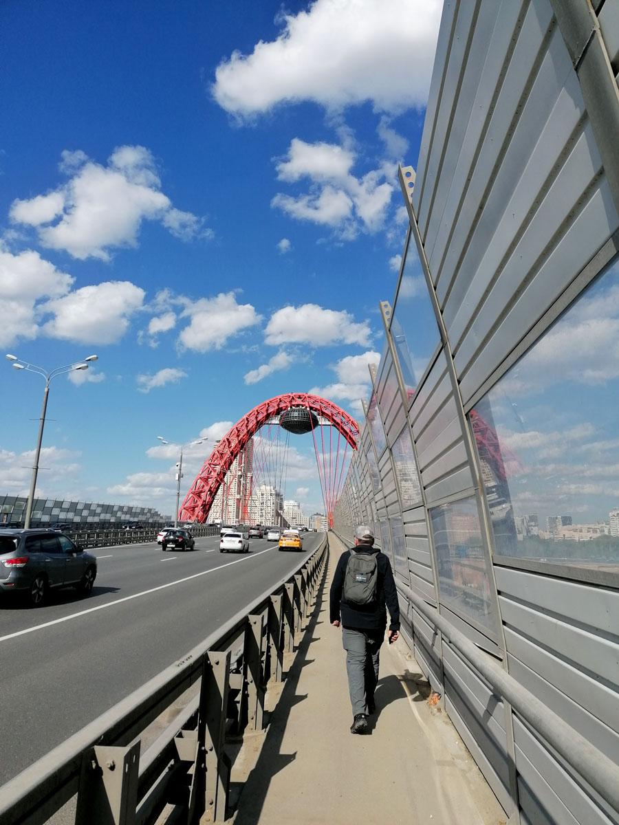 Иду по Живописному мосту через реку Москву. Подвесной вантовый мост, расположен на проспекте Маршала Жукова. Движение открыто 27 декабря 2007 года.