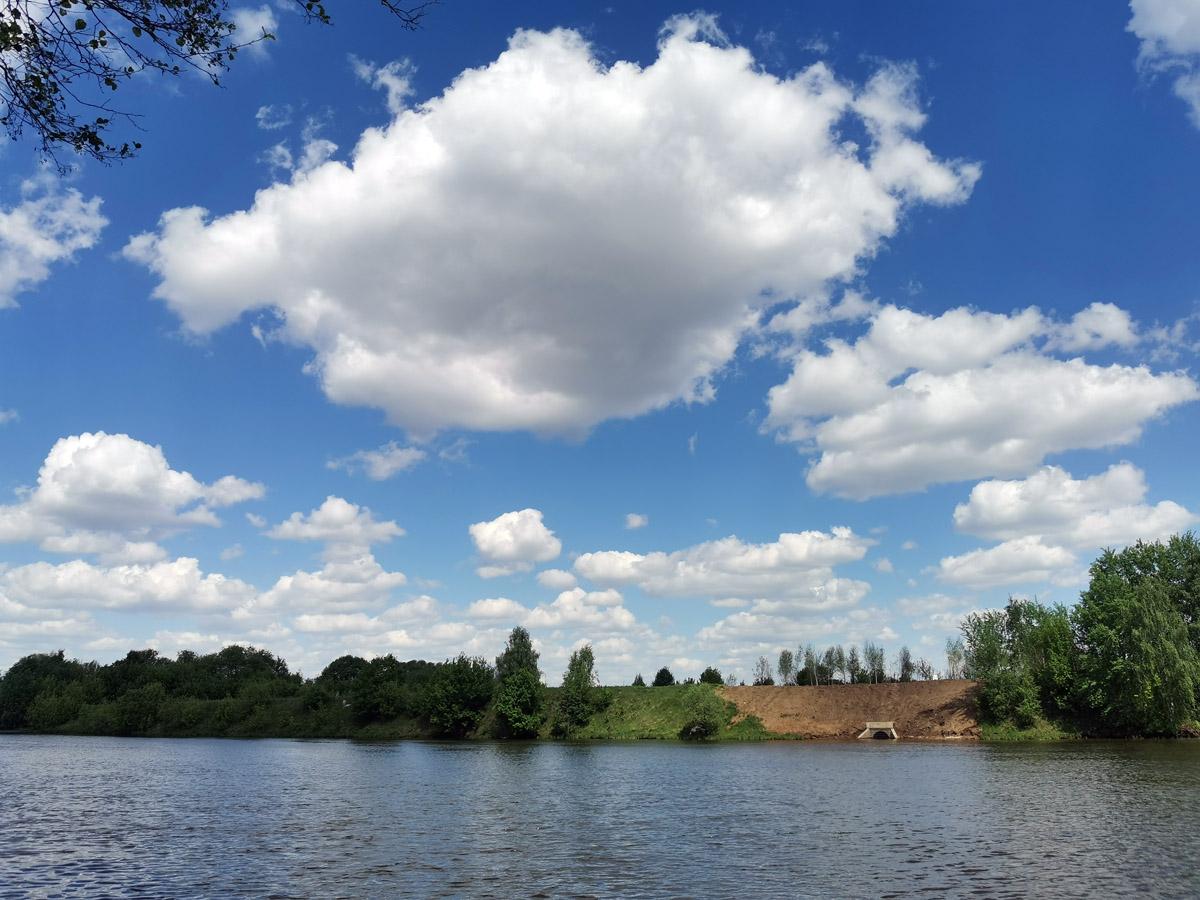 Голубое небо, правый берег реки Москвы и портал коллектора дождевой канализации