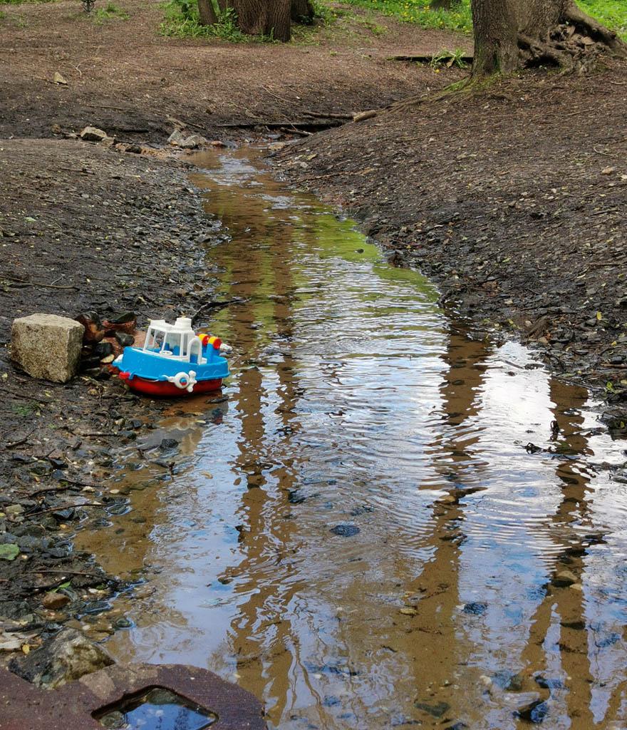 Из родника в тальвеге оврага Каменная Клетва вытекает ручей...
