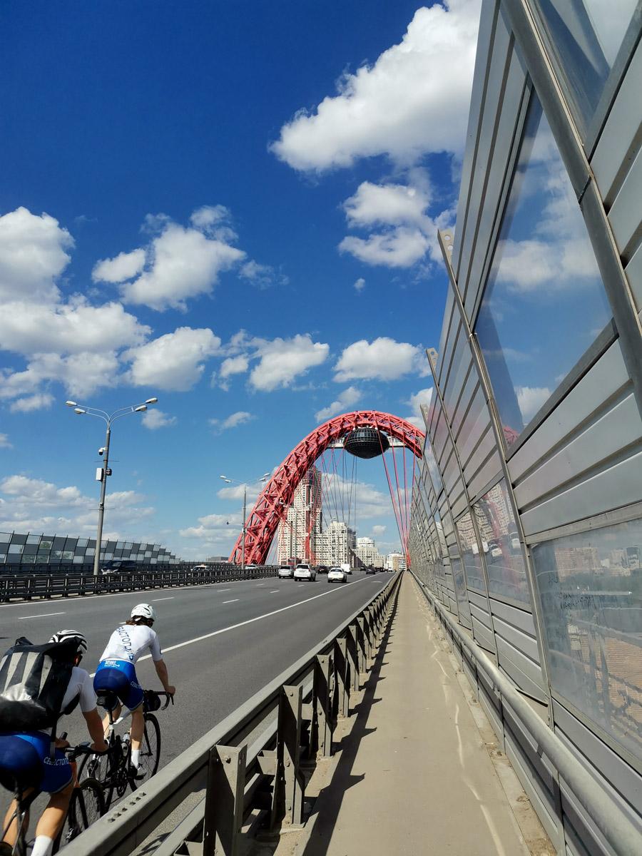 По мосту проносятся машины и настоящие велосипедисты. Почему настоящие? Потому, что соблюдают ПДД и едут по проезжей части. А по тротуарам ездят не велосипедисты, а велосиПедики.
