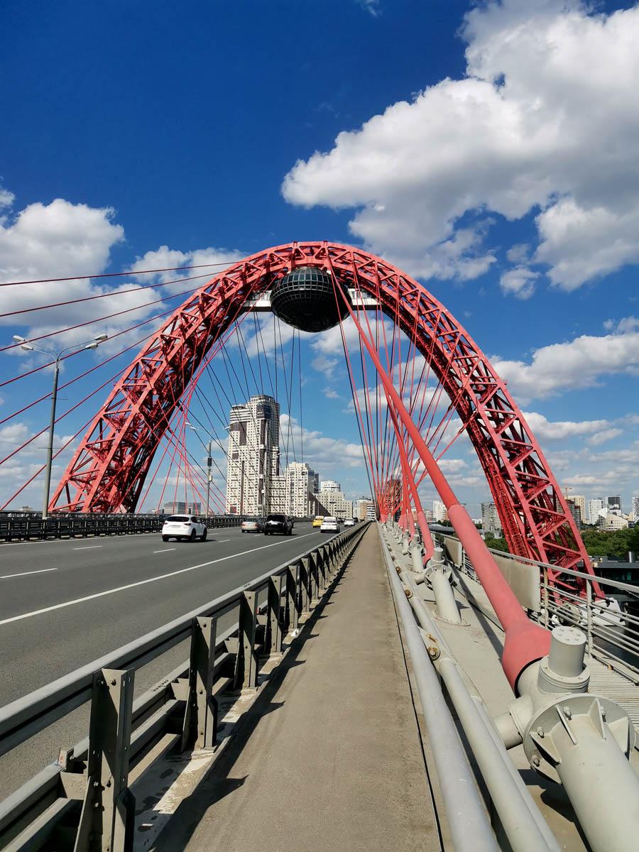 Ажурная арка моста достигает высоты 105 метров. Действительно, интересная, грандиозная конструкция...