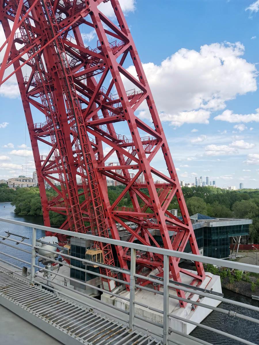 Фундамент арки находится в русле реки. А в арку встроена часть стеклянного здания расположенного на берегу. Видно оранжевые кабины лифта. По одной из версий именно в лифтах причина того, что комплекс не запущен в эксплуатацию.