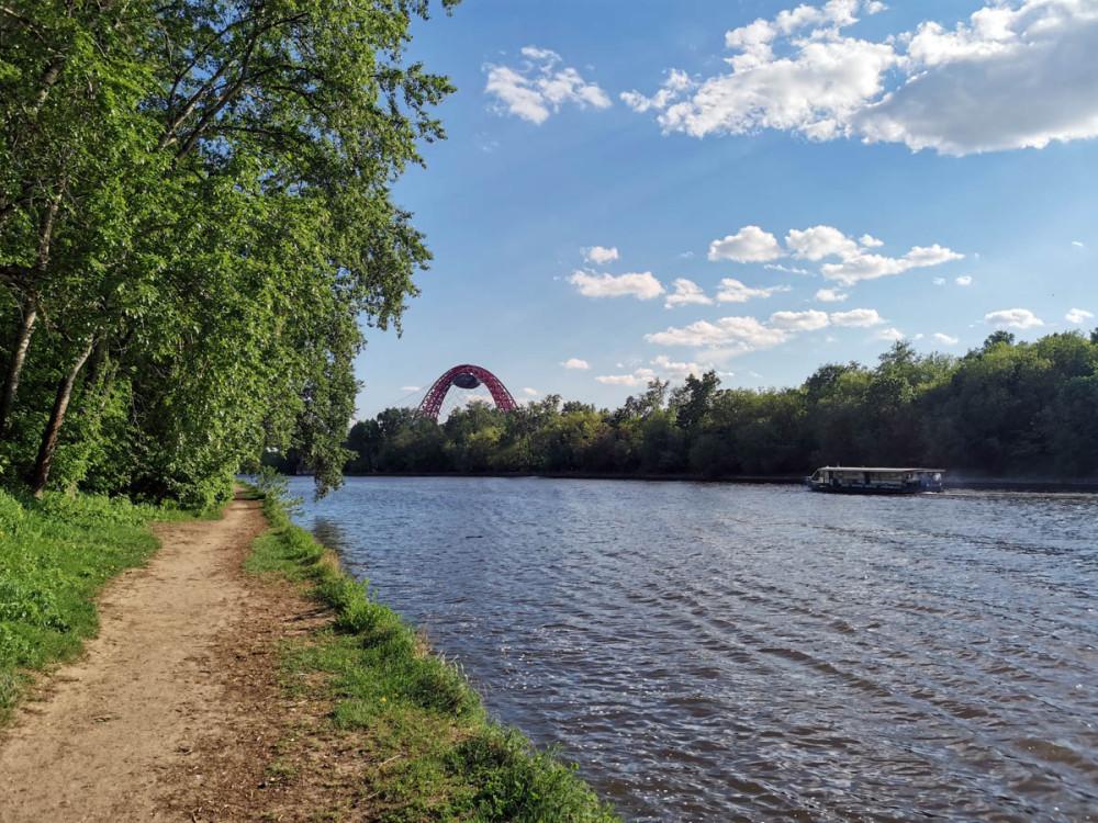 После храма прогулялись по берегу канала. Канал спрямляет излучину Москвы-реки на участке между Серебряным Бором и Хорошёвским мостом. После строительства канала Серебряный бор стал островом.
