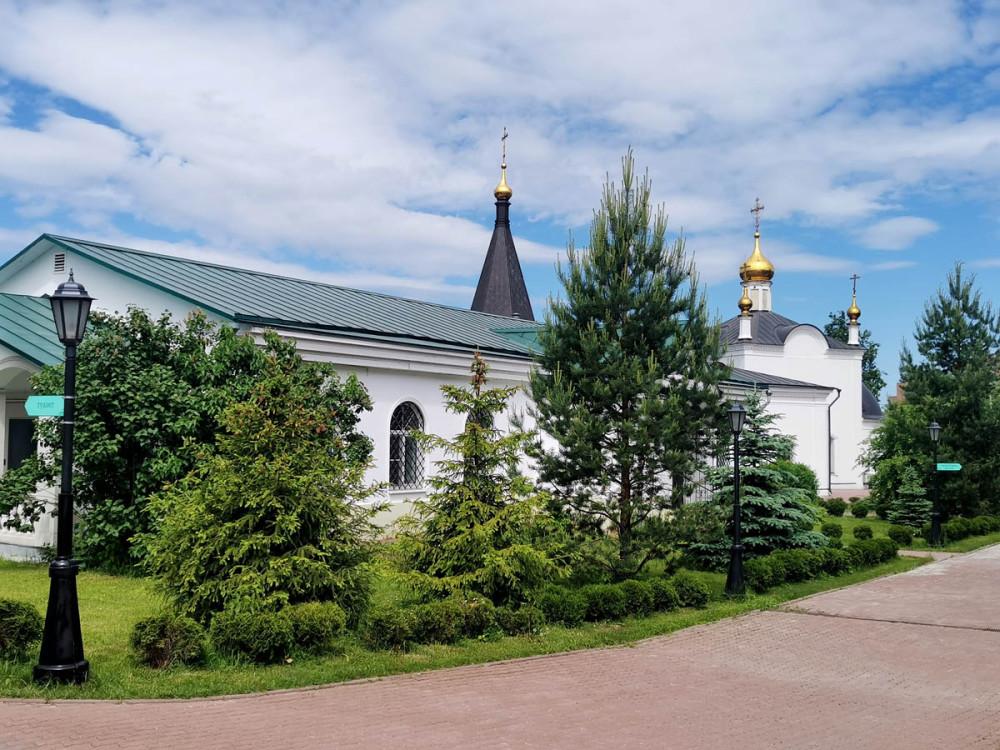 При храме действуют детская и взрослая воскресные школы, в том числе школа для глухонемых, имеются библиотека и видеотека.