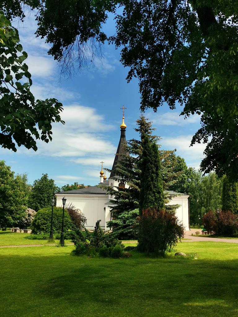 Еще раз любуемся ухоженной и романтичной территорией храма и продолжаем путь...