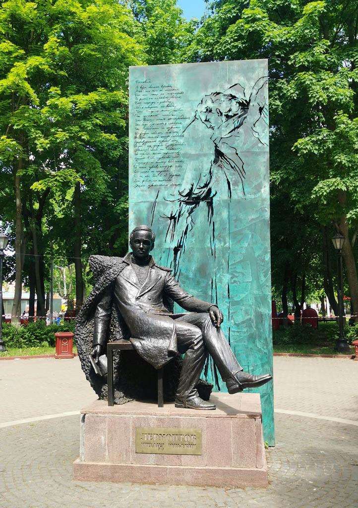 Там же памятник М. Ю. Лермонтову. Открыт 12 сентября 2015 г. на месте клумбы. Скульптор Иван Коржев.
