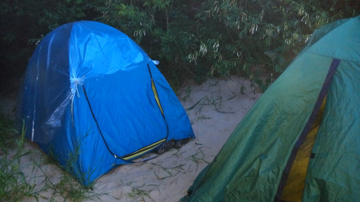 Зато, со стороны Оки мы нашли маленькую песчаную ровную площадку, где компактно расположили наши палатки и костер.