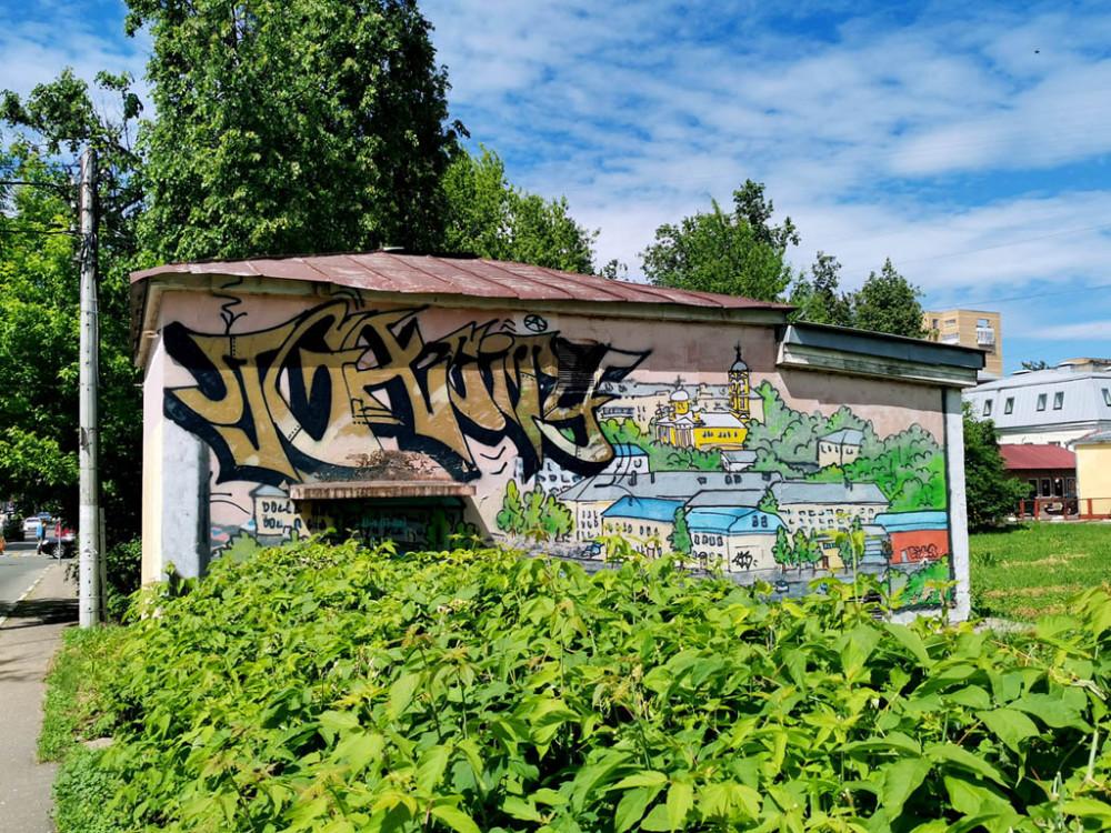 Заодно сфоткали стильное граффити на трансформаторной подстанции.