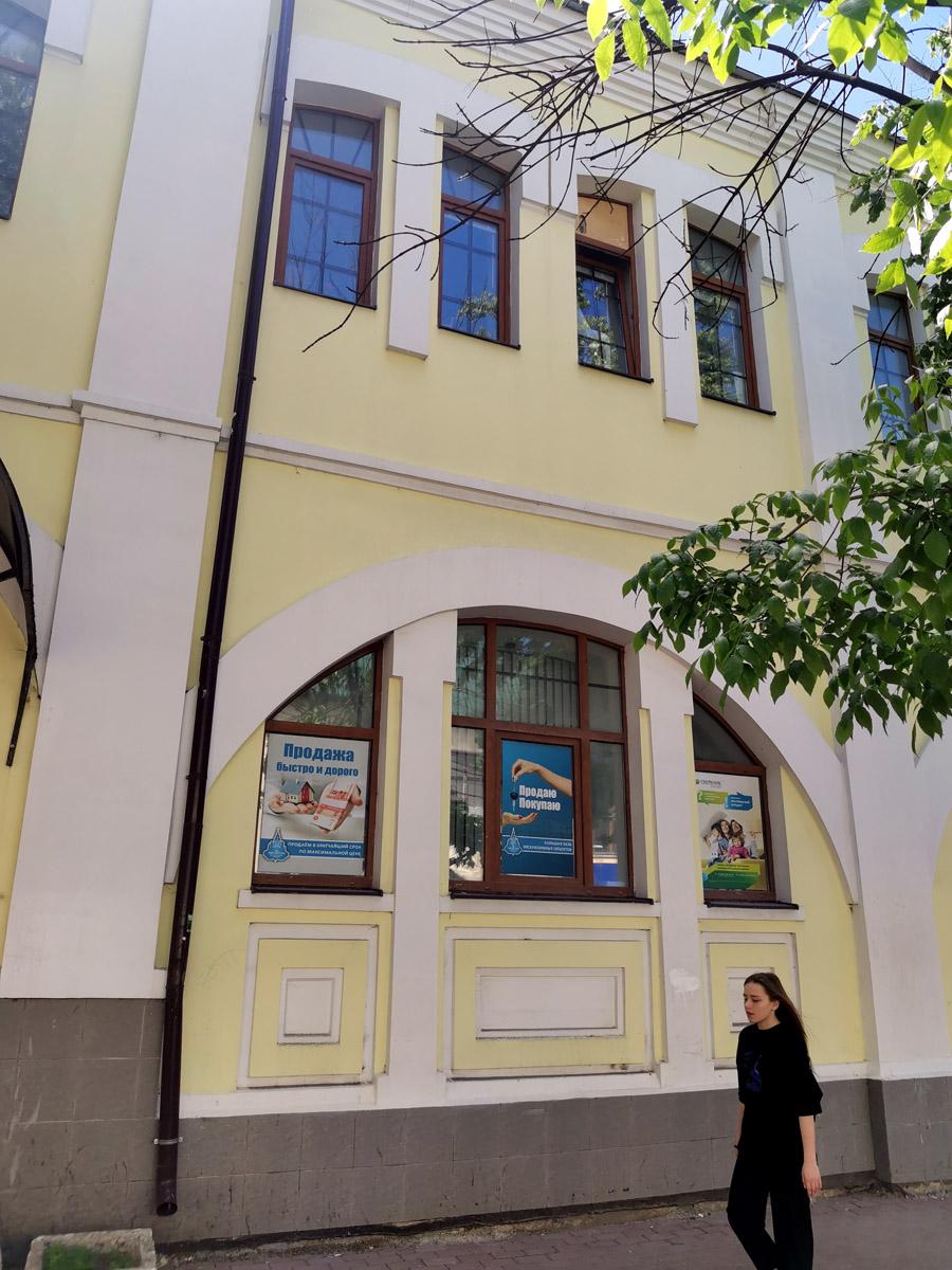 Фасад  в стиле модерн того же здания, выходящий на проспект.