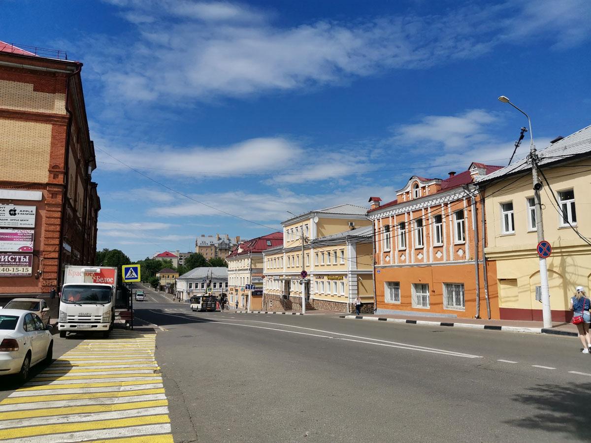 Продолжаем идти по проспекту. До революции — Бронницкая улица. Народное название — «Ревпроспект».
