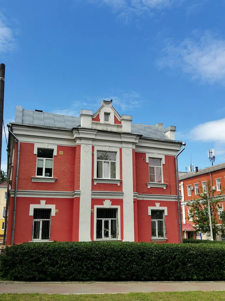 Революционный просп., 53/44. Старинное здание. Судя по декору построено или перестроено в начале прошлого века.