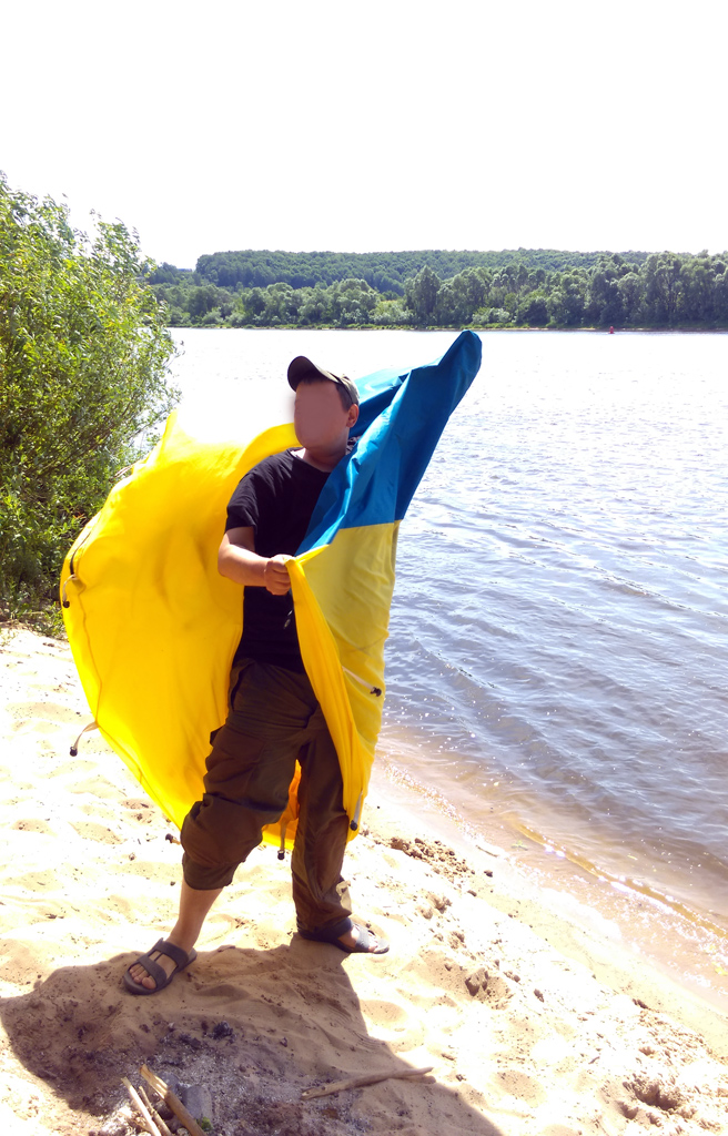 Наша борьба на берегу с ветром и жовто-блакитной палаткой, наверно, забавно смотрелась 12 июня.