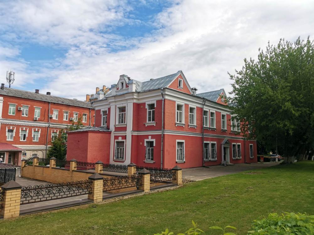 Сейчас в здании располагаются юридические конторы. что не мудрено, рядом Подольская городская прокуратура и Подольский городской суд